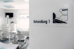 Behandlungsraum-1-in-Zahnarztpraxis-Frau-Dr.-und-Herr-Dr.-Vollmann
